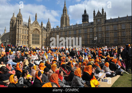 Westminster, London, UK. 6th April 2013. A large group of Sikh people at the protest outside Parliament against - Stock Photo