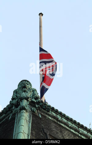 UNION JACK FLAG AT HALF MAST ON TOP OF RITZ HOTEL MARGARET THATCHER DIED AT THE RITZ HOTEL RITZ HOTEL LONDON ENGLAND - Stock Photo