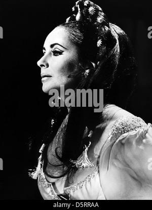 ELIZABETH TAYLOR DOCTOR FAUSTUS (1967) - Stock Photo