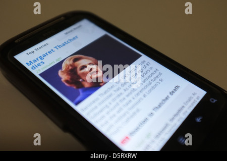 A mobile phone screen showing the breaking news of the death of former British Prime Minister Margaret Thatcher. - Stock Photo