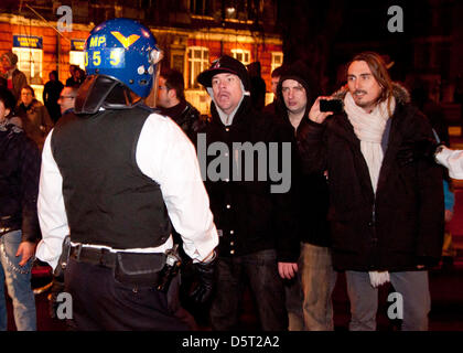 London, UK. 8th April 2013. a [rotester argues with a police officer as celbrations turned sour and protesters blocked - Stock Photo