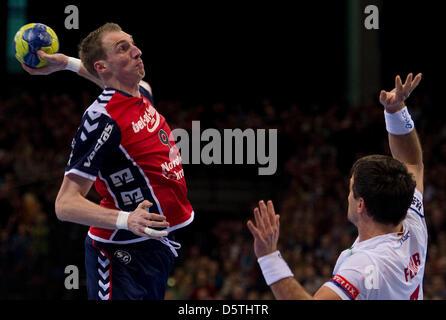 Flensburg's Holger Glandorf (L) tries to score against Hamburg's Matthias Flohr during the Handball Champions League - Stock Photo