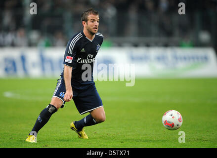 Hamburg's Rafael van der Vaart controls the ball during the Bundesliga match Borussia Moenchengladbach versus Hamburger - Stock Photo