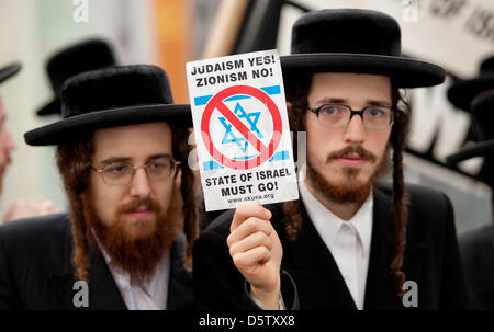 Ultra-Orthodox Jews demonstrate against Israel in front of the United Nations Headquarters in New York, USA, 27 - Stock Photo