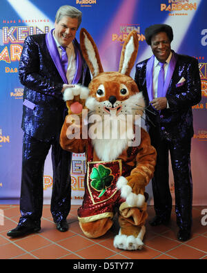 Der Comedian und Musicaldarsteller Teje Mierendorf (l) und der Entertainer Roberto Blanco posieren am Freitag (28.09.2012) - Stock Photo