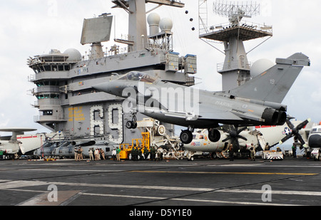 ATLANTIC OCEAN (July 19, 2009) A French Dassault 'Rafale' fighter aircraft conducts touch and go landings aboard - Stock Photo