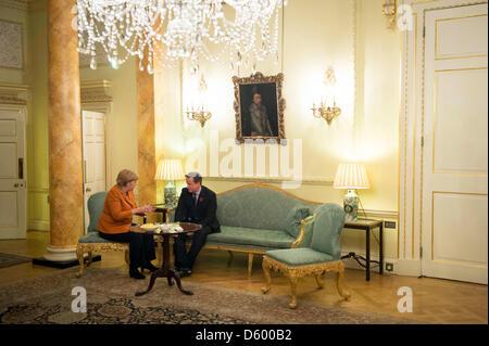 HANDOUT- Bundeskanzlerin Angela Merkel und der britische Premierminister David Cameron unterhalten sich am 07.11.2012 - Stock Photo