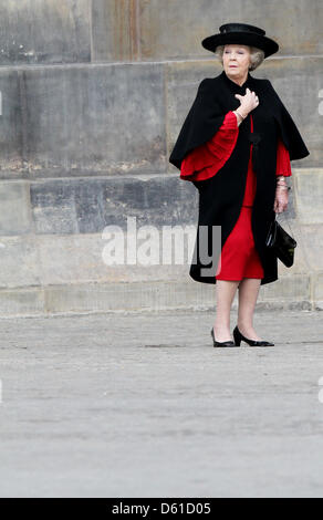 Dutch Queen Beatrix waits in front of the Royal Palace in Amsterdam, The Netherlands, for the arrival of the Turkish - Stock Photo