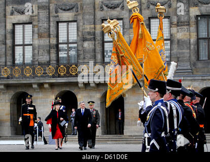 Dutch Queen Beatrix (R) welcomes Turkish President Abdullah Gul at the Royal Palace in Amsterdam, the Netherlands - Stock Photo