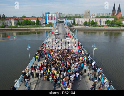 Hundreds of citizens from Frankfurt Oder and Polish Slubice form a star on the city bridge across the border river - Stock Photo