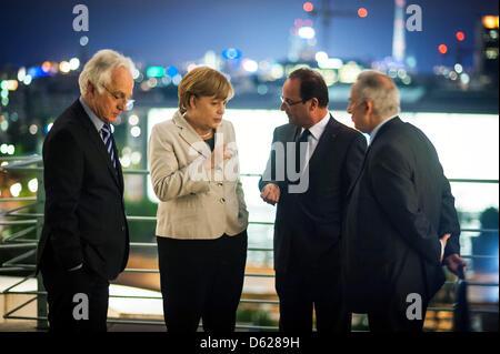 Bundeskanzlerin Angela Merkel und der französische Präsident Francois Hollande (2.v.r.) unterhalten sich am Dienstag - Stock Photo