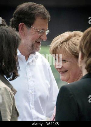 HANDOUT - Bundeskanzlerin Angela Merkel und der spanische Ministerpräsident Mariano Rajoy (l) unterhalten sich am - Stock Photo
