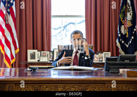 Wahington DC, USA. 11th April 2013. US President Barack Obama talks on the phone with Nicole Hockley and families - Stock Photo