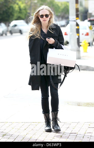Amanda Seyfried wearing no makeup as she leaves Marni boutique after shopping. Seyfried has a visible blemish under - Stock Photo