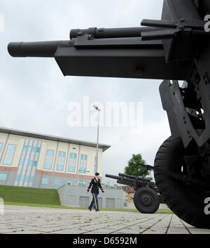 Field howitzers stand in front of the new European headquarters of the US Army in Wiesbaden-Erbenheim, Germany, - Stock Photo