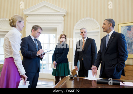 US President Barack Obama talks with senior advisors in the Oval Office March 7, 2013 in Washington, DC. Pictured, - Stock Photo