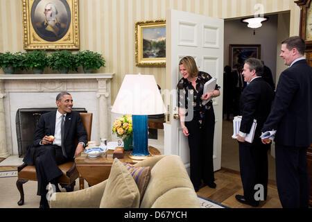 United States President Barack Obama talks with Director of Communications Jennifer Palmieri, National Economic - Stock Photo