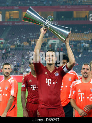 Munich's Daniel van Buyten cheers with the cup after the test match of the German Bundesliga soccer clubs VfL Wolfsburg - Stock Photo