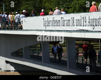 Visitors enter the Federal Chancellery via a bridge in Berlin, Germany, 19 August 2012. The German government hold - Stock Photo