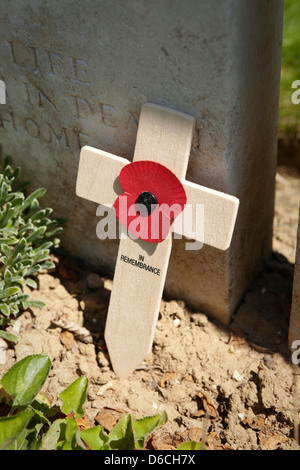 Wooden remembrance cross and poppy at the Devonshire cemetery in Mametz, northern France. - Stock Photo