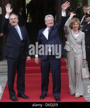German President Joachim Gauck (C) and his partner Daniela Schadt are welcomed by Premier of Saxony-Anhalt, Reiner - Stock Photo