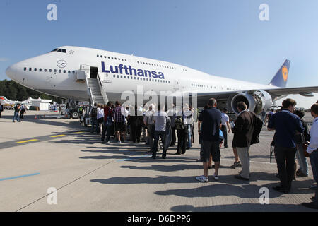 People stand queue up in front of the Lufthansa Boeing 747-8 on the premises of the International Air Show ILA at - Stock Photo