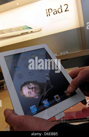 (dpa FILE) - An archive picture, dated 25 March 2011, shows a customers examining an iPad2 computer tablet at an - Stock Photo