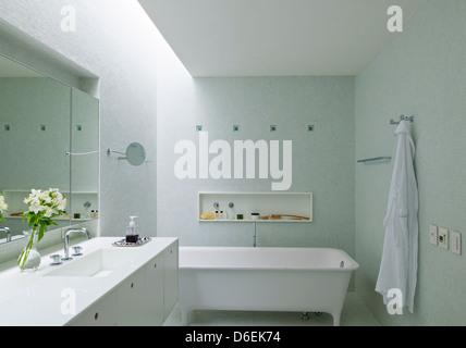 Casa Cubo, Sao Paulo, Brazil. Architect: Studio MK27- Marcio Kogan, 2012. Master bedroom  bathroom. - Stock Photo
