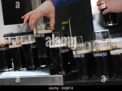 Ein Mann setzt am Sonntag (11.03.2012) in München (Oberbayern) bei einem Bierstand bei der Feier des St. Patricks - Stock Photo