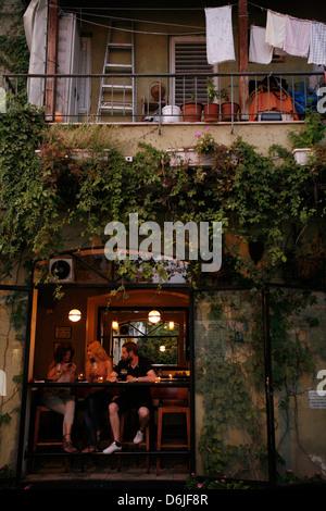 People sitting at a bar in the trendy Neve Tzedek neighbourhood, Tel Aviv, Israel, Middle East - Stock Photo