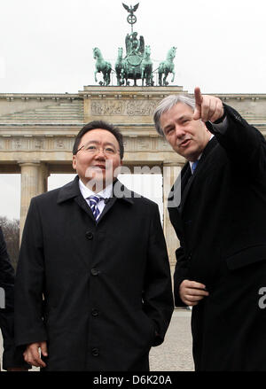 Mayor of Berlin Klaus Wowereit (SPD, R) shows Brandenburg Gate and the Pariser Platz to Mongolian President Tsakhia - Stock Photo