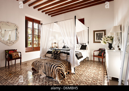 Four poster bedroom white - Stock Photo