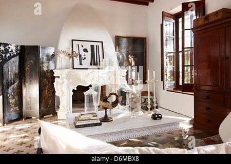 Four poster bedroom white - Stock Photo