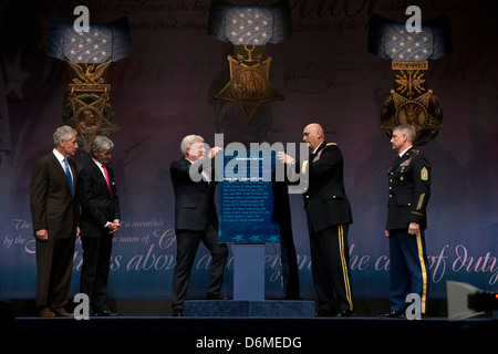 US Secretary of Defense Chuck Hagel, Secretary of the Army, John McHugh (both far left) and Sgt Maj of the Army, - Stock Photo