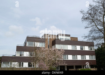 fairwater house, an apartment block in teddington, middlesex, england, and the death site in 1992 of comedian benny - Stock Photo