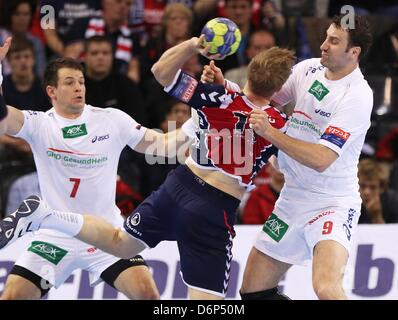 Hamburgs' Matthias Flohr (L) and Igor Vori (R) block the throw of Flensburgs' Steffen Weinhold during the match - Stock Photo