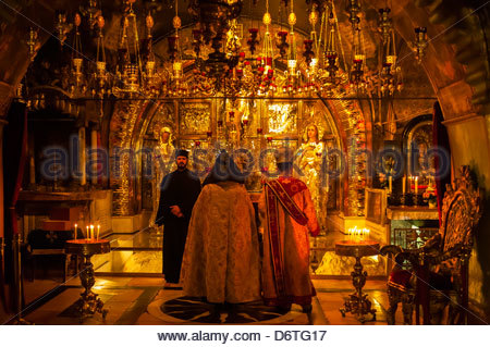 An Armenian orthodox mass at the in the Altar of the Crucifixion in the Church of the Holy Sepulchre (site of the - Stock Photo