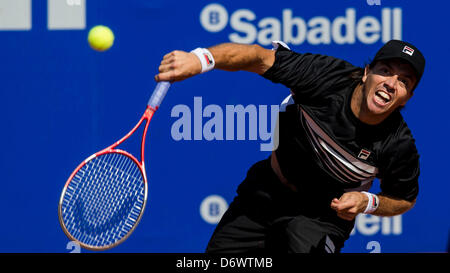 Barcelona, Spain. 23rd April, 2013. Carlos Berlocq of Argenita serves the ball to Daniel Gimeno Traver of Spain - Stock Photo