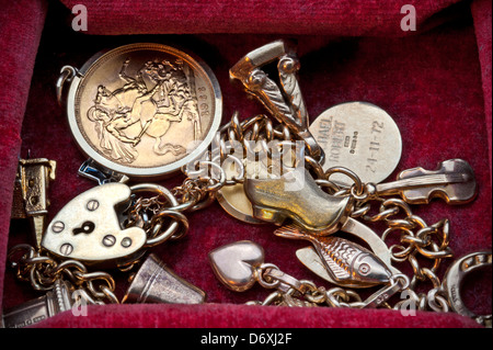 Old scrap unused gold jewellery including a half Sovereign in plush jewellry box - Stock Photo