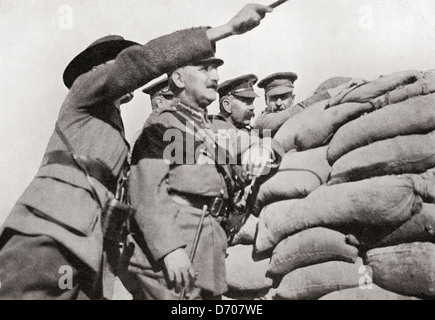 Lord Kitchener's personal visit to Gallipoli, 1915. Examining the position from the 'Anzac' trenches, close to Turkish - Stock Photo