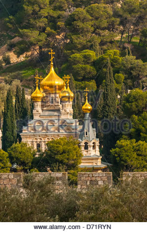 Russian Orthodox Church of Maria Magdelene, Mount of Olives, viewed through arches of the Dome of the Rock on the - Stock Photo