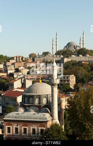 Türkei, Istanbul, Unkapani, Atatürk-Bulvari, Sebsefa Hatun Camii, dahinter die Süleymaniye-Moschee - Stock Photo