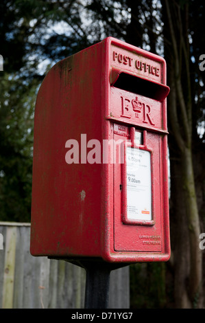 An Elizabeth II letterbox, or lamp box mounted on a pole - Stock Photo