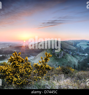 Sunrise overlooking the ruins of Corfe Castle on the Isle of Purpeck in Dorset. - Stock Photo