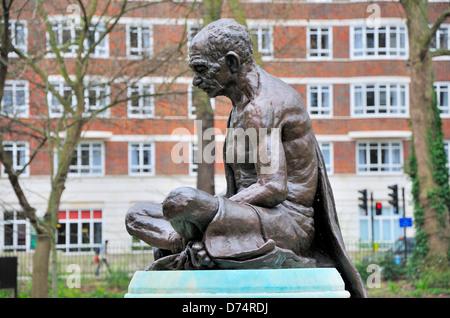 London, England, UK. Statue (1968) of Mahatma Gandhi (1869-1948) by Fredda Brilliant (1903-99) in Tavistock Square. - Stock Photo