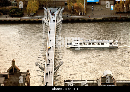 South over The London Millennium Footbridge on the River Thames. Links Bankside with The City on the north side. - Stock Photo