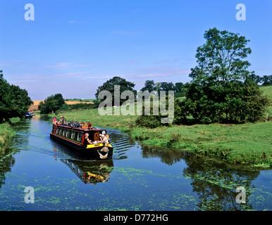 8680. Narrow boat on the Oxford canal, Warwickshire, England, UK, Europe - Stock Photo