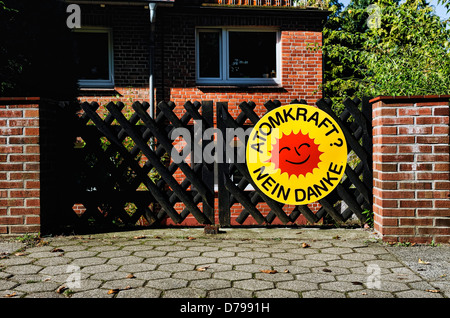 Nuclear protest in an entrance in mountain village, Hamburg, Germany , Atomprotest an einer Einfahrt in Bergedorf, - Stock Photo