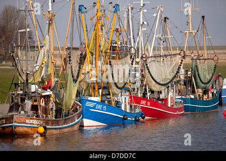 Krabbenkutter im Fischereihafen von Greetsiel, Ostfriesland, Niedersachsen, Deutschland   Shrimp cutters in the - Stock Photo