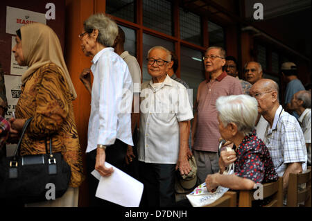 Kuala Lumpur, Malaysia. 5th May, 2013. Malaysian voters queue outside a polling station to cast their ballots in - Stock Photo